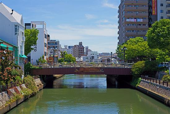 和歌山市内の川の見える街並み